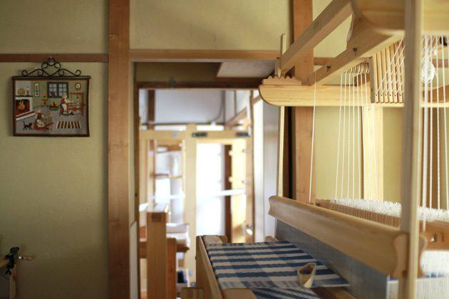織機が並ぶ部屋の様子