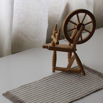 ミニマットと紡ぎ車の置物